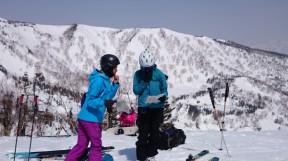 どこを滑ろうかな?見える範囲でも雪崩だらけ。