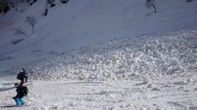 黒川沢上部の雪崩。まだ新しい感じのする雪崩。