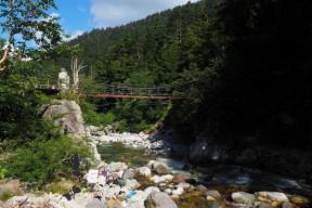 薬師沢小屋横のつり橋