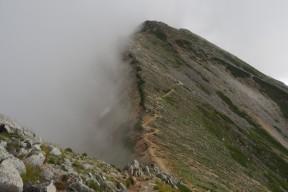 雲が迫る鷲羽岳稜線