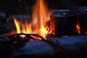 たき火にはビリー缶がよく似合う