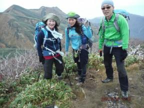 12:47 牛ヶ岳頂上で決めた。左後方は割引岳