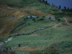 13:16 頂上から避難小屋へ向かう