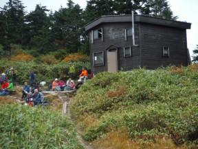 13:27 宿泊先の避難小屋到着 登山者で賑わう