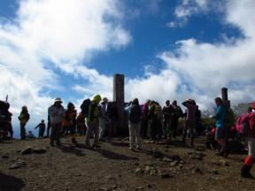 山頂は人でいっぱい
