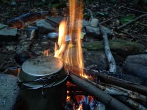 焚火はいいのう。ご飯もおいしく炊ける,