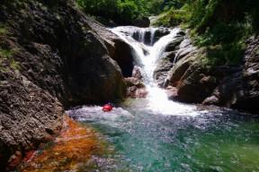 Y状滝は泳いで右岸に取りつく