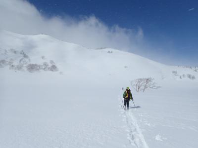 黒沢池を歩く。正面の黒沢岳を超えると高谷池だ