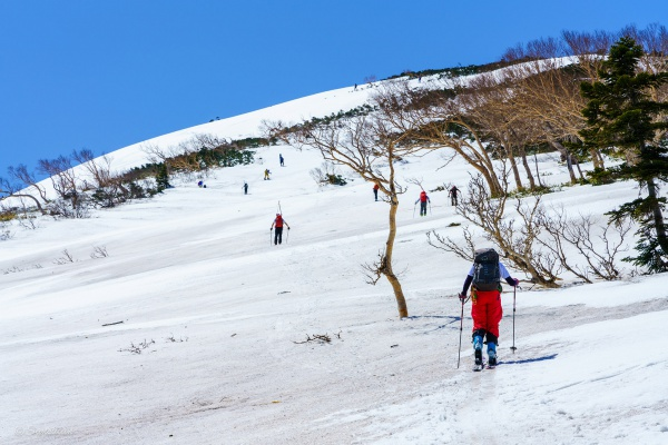 頂上をめざすスキーヤー